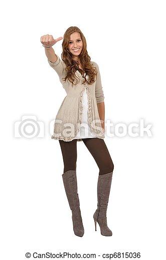 Junge Frau mit Stiefel zeigt Daumen - csp6815036