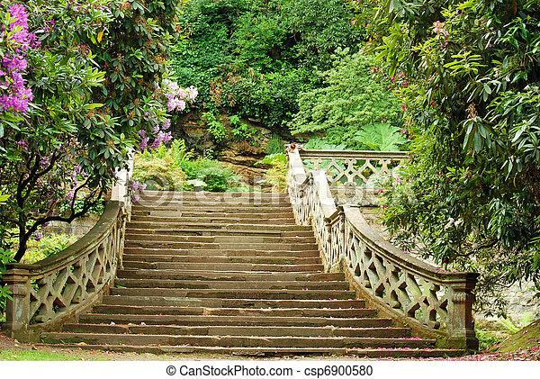 Stock fotografie van steen trap hever kasteel tuin closeup steen trap csp6900580 - Allee steen ...