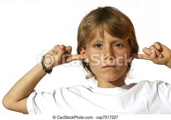 rebelde, niño, dedos, orejas - csp7017227