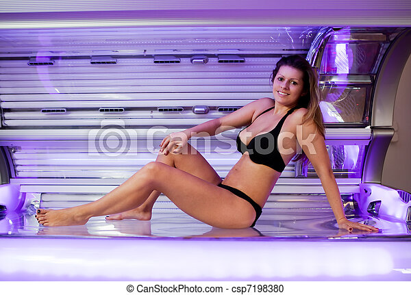 Young woman posing on tanning bed - csp7198380