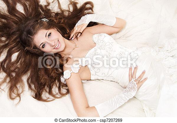 sonriente, novia, rizado, largo, pelo, acostado, encima, blanco, alto, ángulo, vista, Moda, boda, retoño - csp7207269