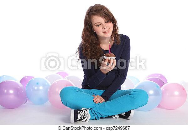 Plaatje van tiener meisje vrolijke jarig chocolade taart mooi csp7249687 zoek naar - Tiener meisje foto ...