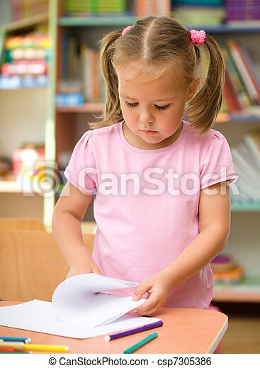 Little girl is drawing with felt-tip pen - csp7305386