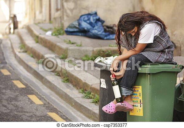 casier, femme, triste, sdf, ivre - csp7353377