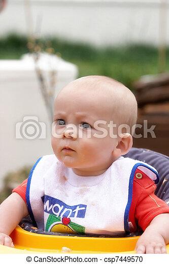 pourquoi bebe fronce les sourcils