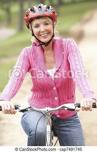 公園, シニア, 女, 自転車, 乗馬 - csp7491745