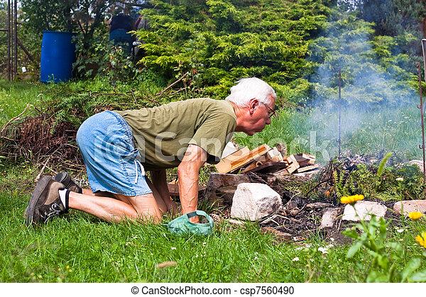 stock fotografie von lter mann schwierig machen freudenfeuer kleingarten csp7560490. Black Bedroom Furniture Sets. Home Design Ideas