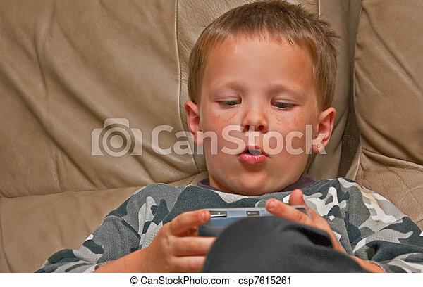 Stock fotografie van jongen oud freckles spel 5 jaar video spelend dit csp7615261 for Deco slaapkamer jongen jaar oud