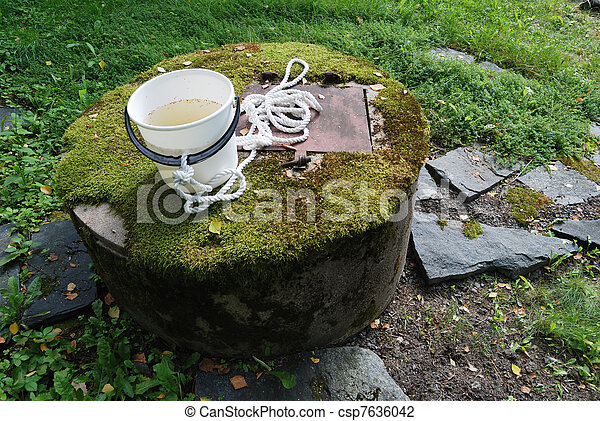 stock foto von wasser beton brunnen moos typisch typisch beton csp7636042 suchen. Black Bedroom Furniture Sets. Home Design Ideas