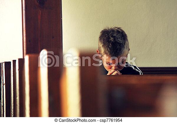 男孩, 祈禱 - csp7761954