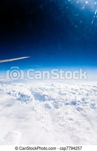 clase, en, nubes, en, Un, Plano de fondo, Un,  firmament, De, un, avión, con, alas - csp7794257