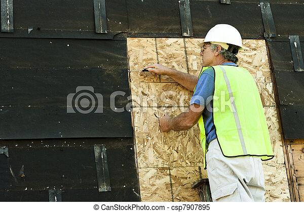 images de fonctionnement charpentier homme enlever goudron csp7907895 recherchez des. Black Bedroom Furniture Sets. Home Design Ideas