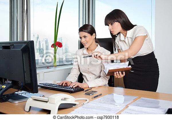 Pel culas de dos hembra ejecutivos trabajando en for Trabajar en oficinas de mercadona
