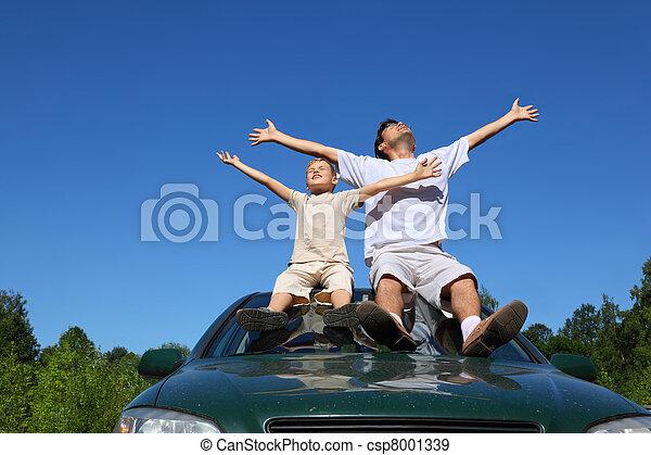 汽車, 坐, 天空, 父親, 屋頂, 兒子, 人, 舉起, 地方, 廣泛, 手 - csp8001339