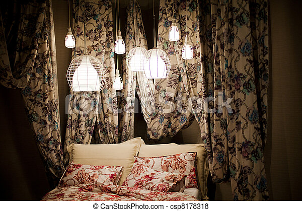 bilder von baldachin bett mit blumen vorh nge csp8178318 suchen sie stock fotos bilder. Black Bedroom Furniture Sets. Home Design Ideas