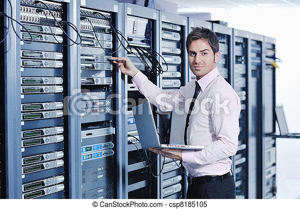 ingenieur, zentrieren, junger, ihm, server, daten, zimmer - csp8185105