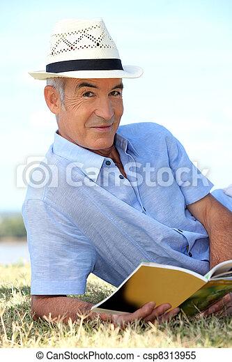 homem, chapéu, leitura, parque - csp8313955