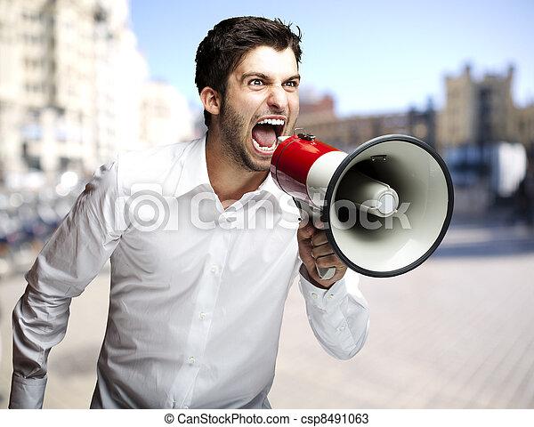 cidade, jovem, Retrato, megafone, gritando, homem - csp8491063