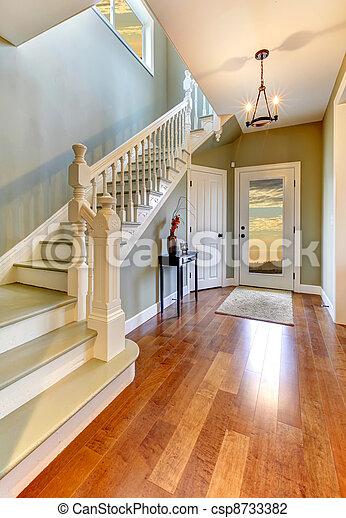 photo maison int rieur couloir escalier vert murs image images photo libre de droits. Black Bedroom Furniture Sets. Home Design Ideas