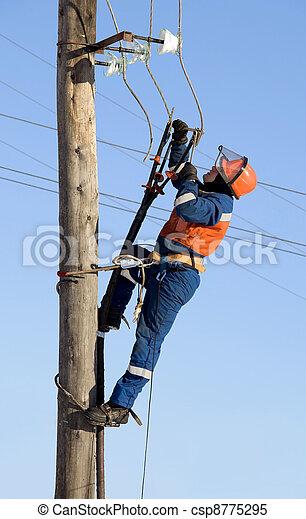 Stock im genes de electricista trabajando altura for Trabajo de electricista en malaga
