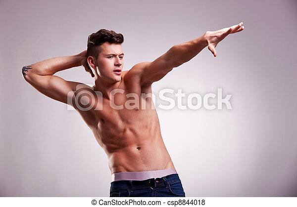 がっちり筋肉質体型の男性に似合うファッション …
