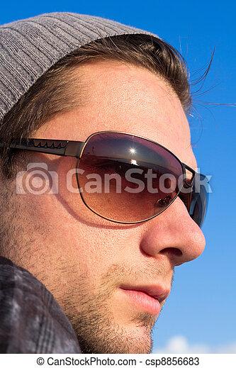 morena, homem, com, óculos de sol, e, Um, chapéu, olhar - csp8856683