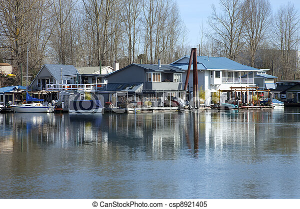 Floating houses and boats, Portland OR. - csp8921405