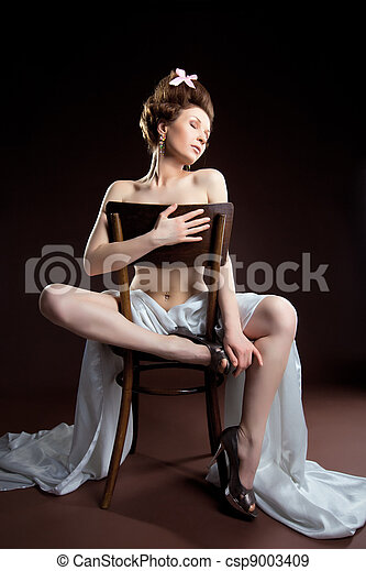 Beauty woman posing naked for art photo - csp9003409