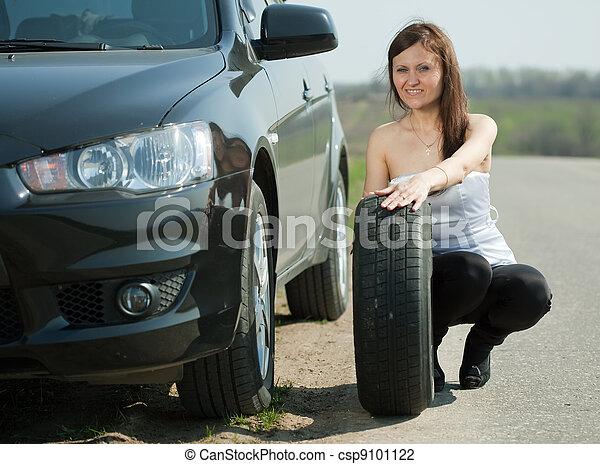photo de roue changer femme voiture woman changer roue csp9101122 recherchez des. Black Bedroom Furniture Sets. Home Design Ideas
