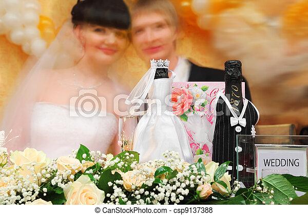 bouteilles, champagne, vin, habillé, mariage, robes, stand, fête, table, fleurs, Brouillé, faces, mariée, palefrenier, fond - csp9137388