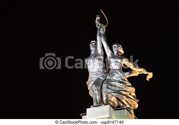 Worker and Collective Farm monument in Moscow at night, hammer and sickle - csp9147140