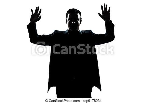 los hombres solteros las manos arriba