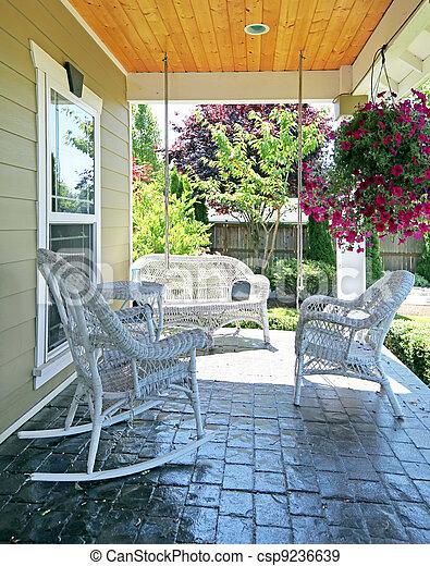 Stock de fotos frente p rtico blanco muebles flores for Avvolgere intorno al costo del portico