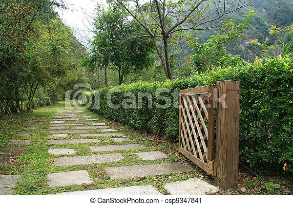 Photographies de chemin dans jardin bois porte for Como hacer una puerta de madera para jardin