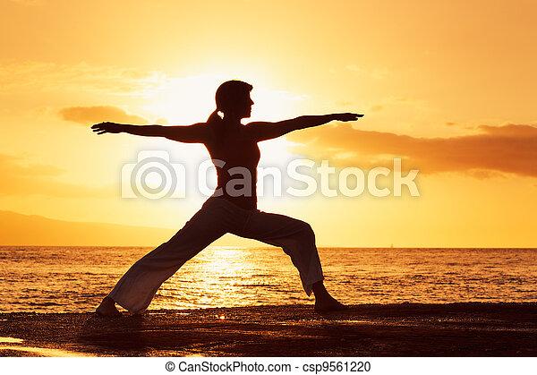 vacker, solnedgång, silhuett, kvinna,  yoga - csp9561220