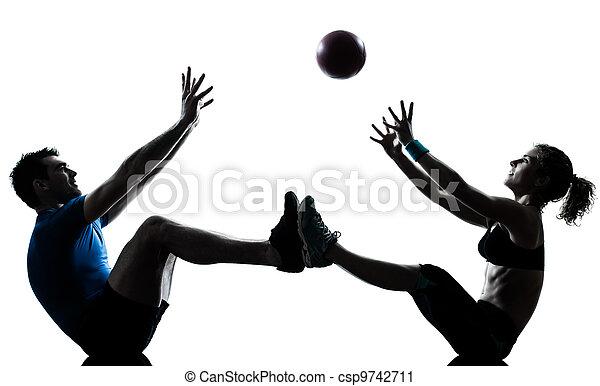 kvinna, genomkörare, kasta, exercerande, boll,  fitness,  man - csp9742711