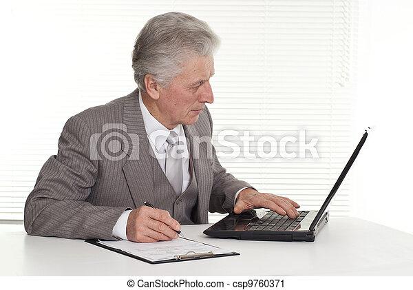 anciano, hombre, Sentado, computadora - csp9760371