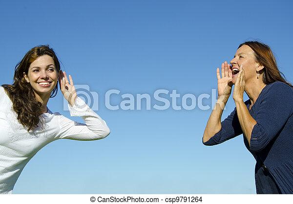 hija, grande, Escuchar, mujeres, dos, gritos, confuso, generaciones, verde, bosque, Plano de fondo, madre, frente, Uno, el comunicarse, distancia, amigos - csp9791264