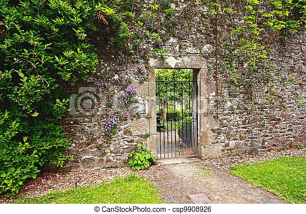 Stock beeld van steen tuin muur metaal poort oud oud steen tuin csp9908926 zoek - Muur tuin ...