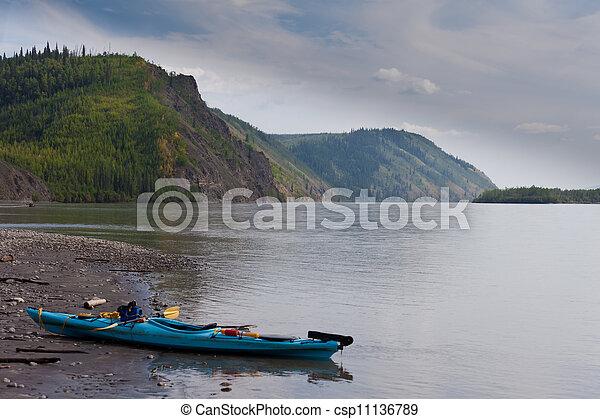 Kayak playa en la orilla del río Yukon Canadá - csp11136789