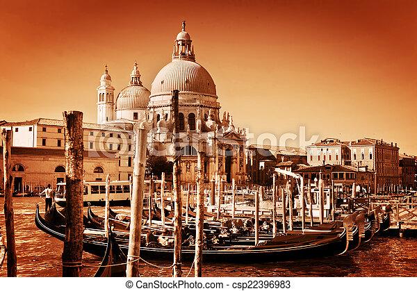 Venecia, Italia. Gondolas en el gran canal y el saludo a la basílica - csp22396983