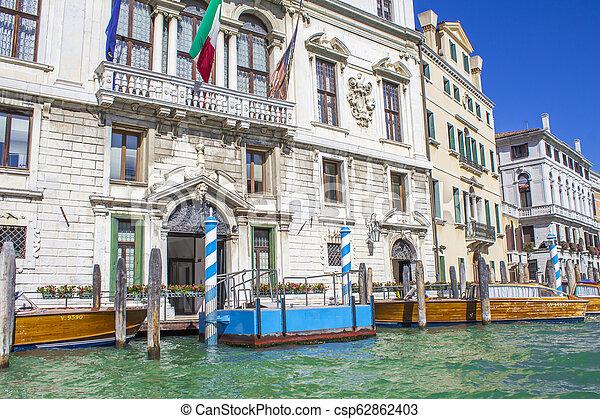 Casas en el gran canal en Venice - csp62862403