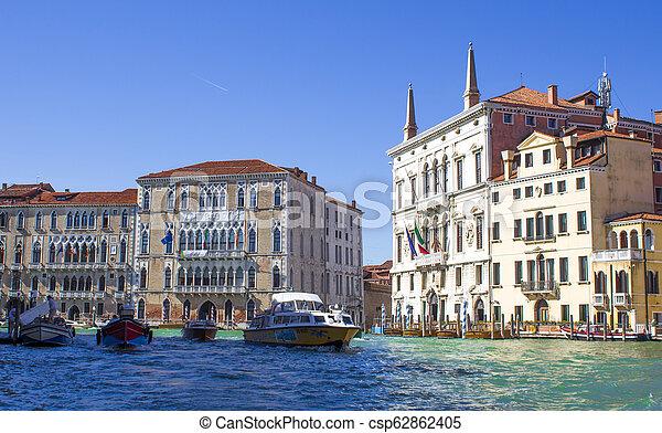 Casas en el gran canal en Venice - csp62862405