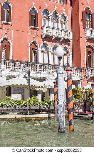 Casas en el gran canal en Venice - csp62862233