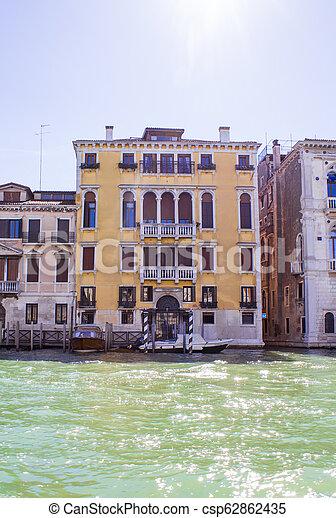 Casas en el gran canal en Venice - csp62862435