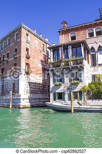 Casas en el gran canal en Venice - csp62862527