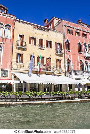 Casas en el gran canal en Venice - csp62862271