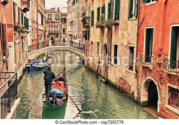Gondola en canal en Venecia - csp7205778