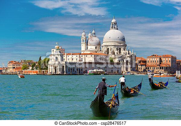 Gondolas en el canal grande en Venecia, Italia - csp28476517