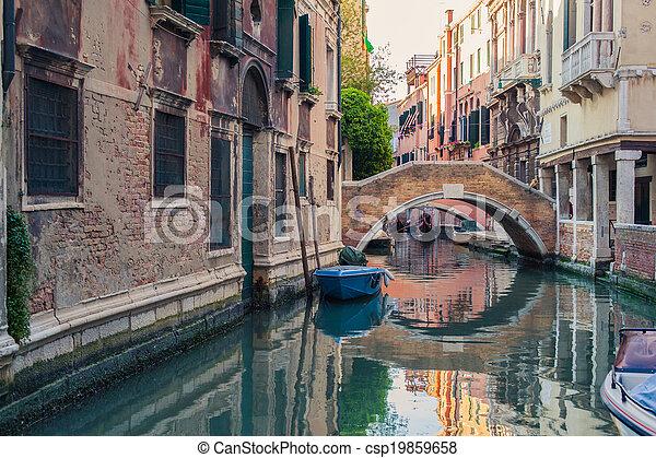 El canal de Venecia con góndolas - csp19859658
